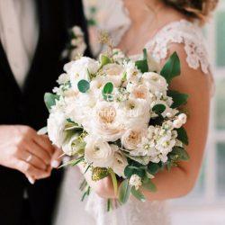 букет невесты из пионовидных роз и ранункулюсов