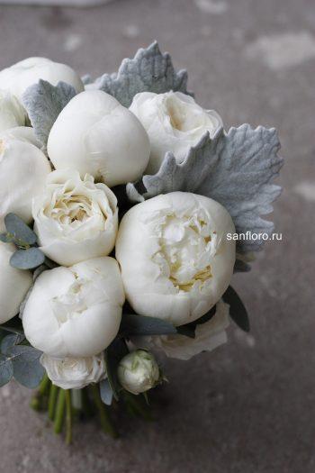 букет невесты белый с пионами