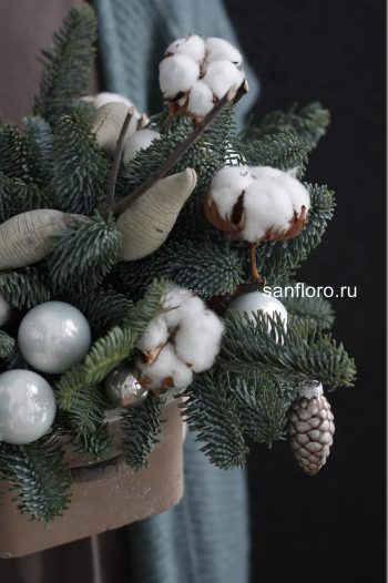 новогодняя композиция из нобилиса с хлопком в кашпо купить в спб