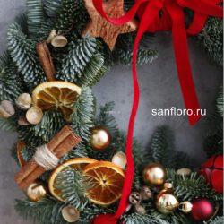новогодний венок красно -золотой с натуральными украшениями купить в спб