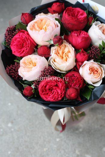 букет из пионовидных роз Ред Пиано и Джульетт