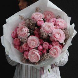 букет в розовой гамме из пионовидных роз Silva Pink и ранункулюсов Clooney